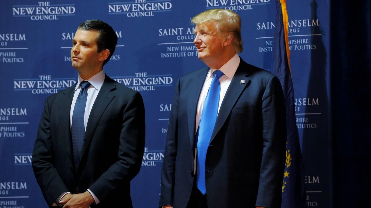 Donald Trump jr accanto al padre