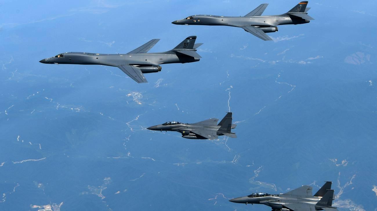 Due bombardieri B-1B statunitensi in volo con altrettanti jet F-15K sudcoreani (in basso)