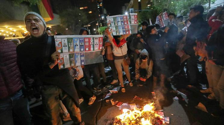 Due persone si sono lanciate dal secondo piano del Tribunale elettorale di Potosì per sfuggire alle fiamme appiccate dagli oppositori