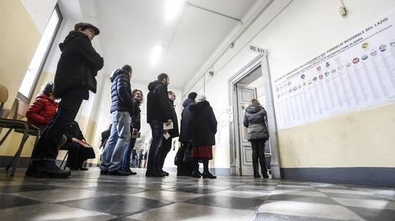 Italia, caos e code alle urne
