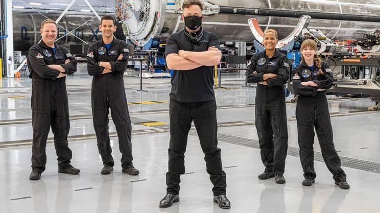 Elon Musk con i quattro partecipanti alla missione