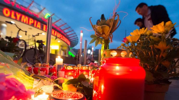 Fiori e lumini in ricordo delle vittime al centro commerciale Olympia