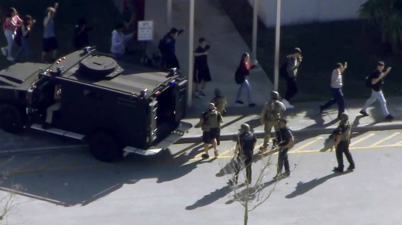 Gli agenti delle forze speciali scortano in salvo gli studenti