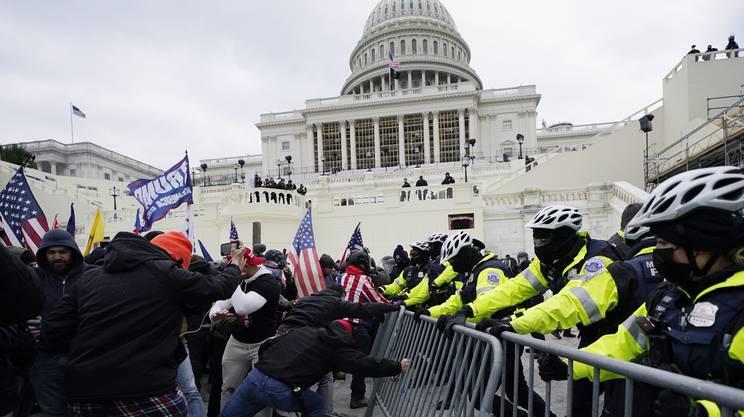 Gli scontri dei sostenitori di Trump con la polizia
