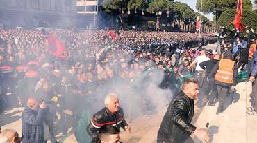 Albania, l'opposizione si dimette