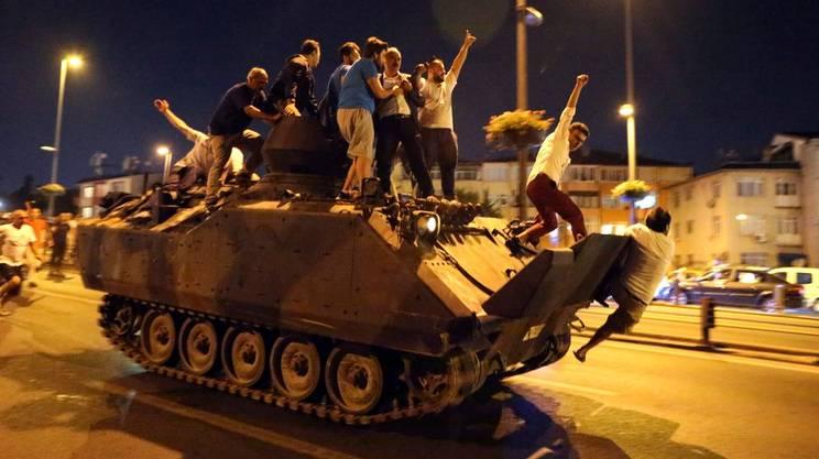 Golpe in Turchia. I militari non intervengono contro i manifestanti