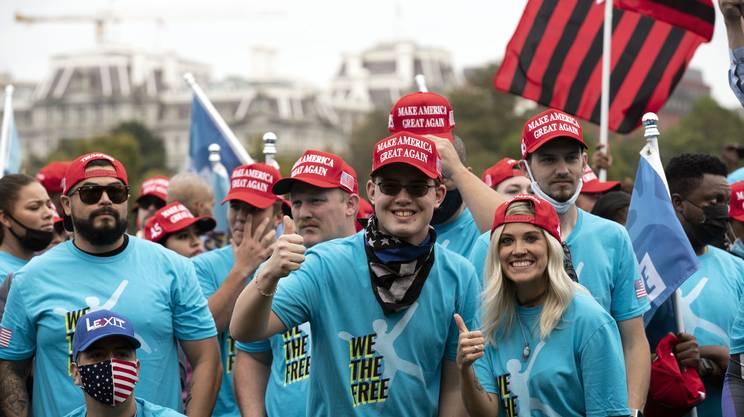 I fan di Trump, ammassati senza mascherina davanti alla Casa Bianca