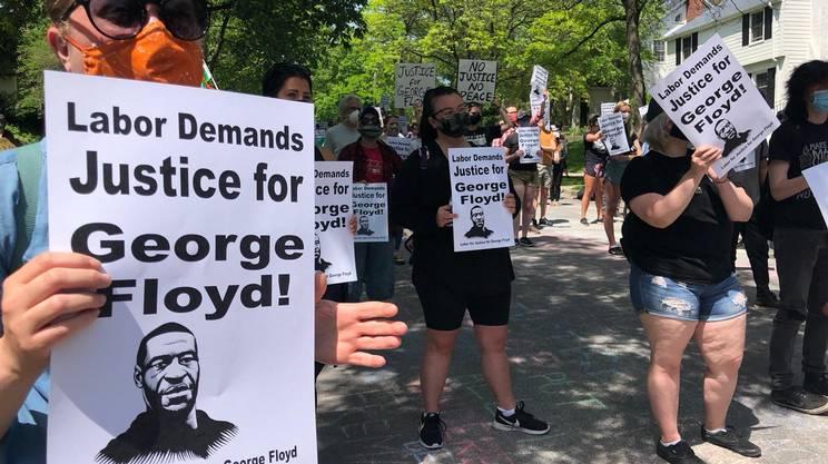I manifestanti chiedono giustizia davanti alla casa del procuratore