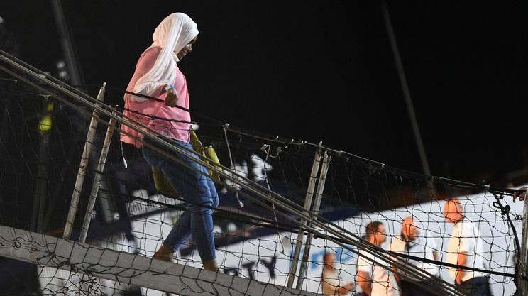 I migranti che erano sull'Open Arms scendono a terra mercoledì notte a Lampedusa