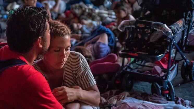 I migranti honduregni diretti negli Stati Uniti si riposano durante la marcia