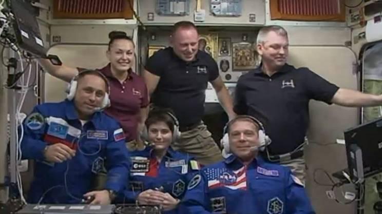 I sei astronauti starebbero tutti bene. In alto da sin.: Yelena Serova, Barry Wilmore, Alexander Samoukutyaev e (davanti) i tre astronauti arrivati il 24 novembre:Anton Shkaplerov, Samantha Cristoforetti e Terry Virts
