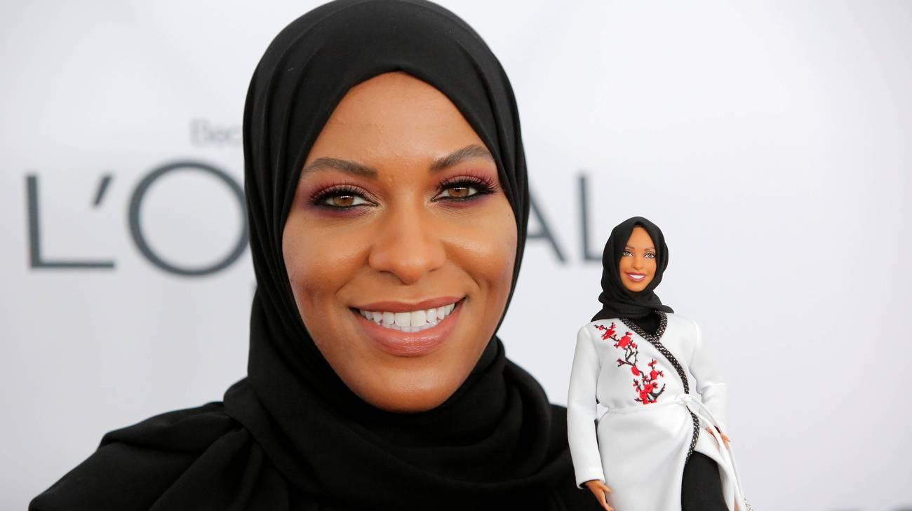 Ibtihai Muhammad con la Barbie che la raffigura con il suo hijab