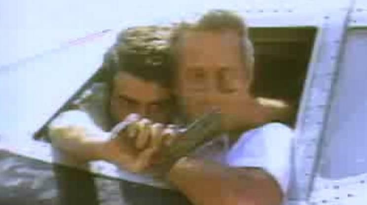 Il dirottatore che chiude la bocca al pilota puntando l'arma