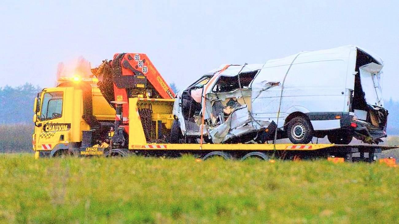 Il furgone su cui viaggiavano i 12 portoghesi morti nell'incidente in Francia