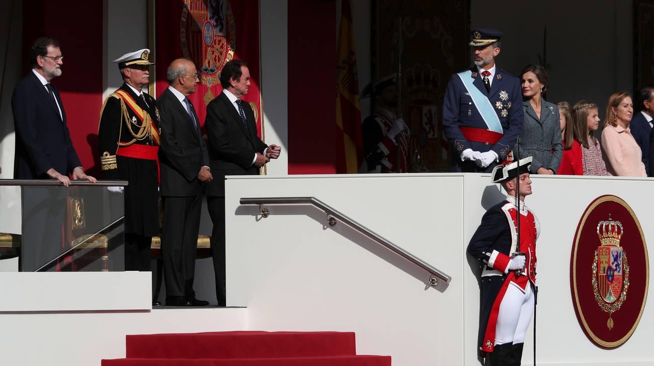 Il premier spagnolo Mariano Rajoy e re Felipe VI alla parata di Madrid