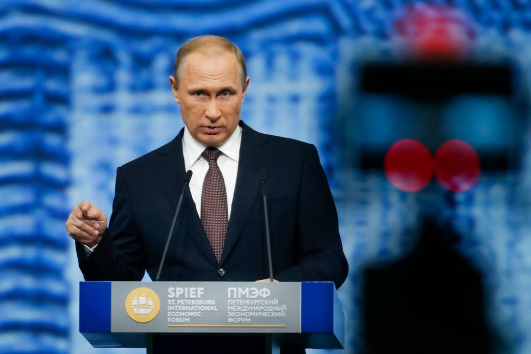 Risultati immagini per Putin al Foro Economico di San Pietroburgo