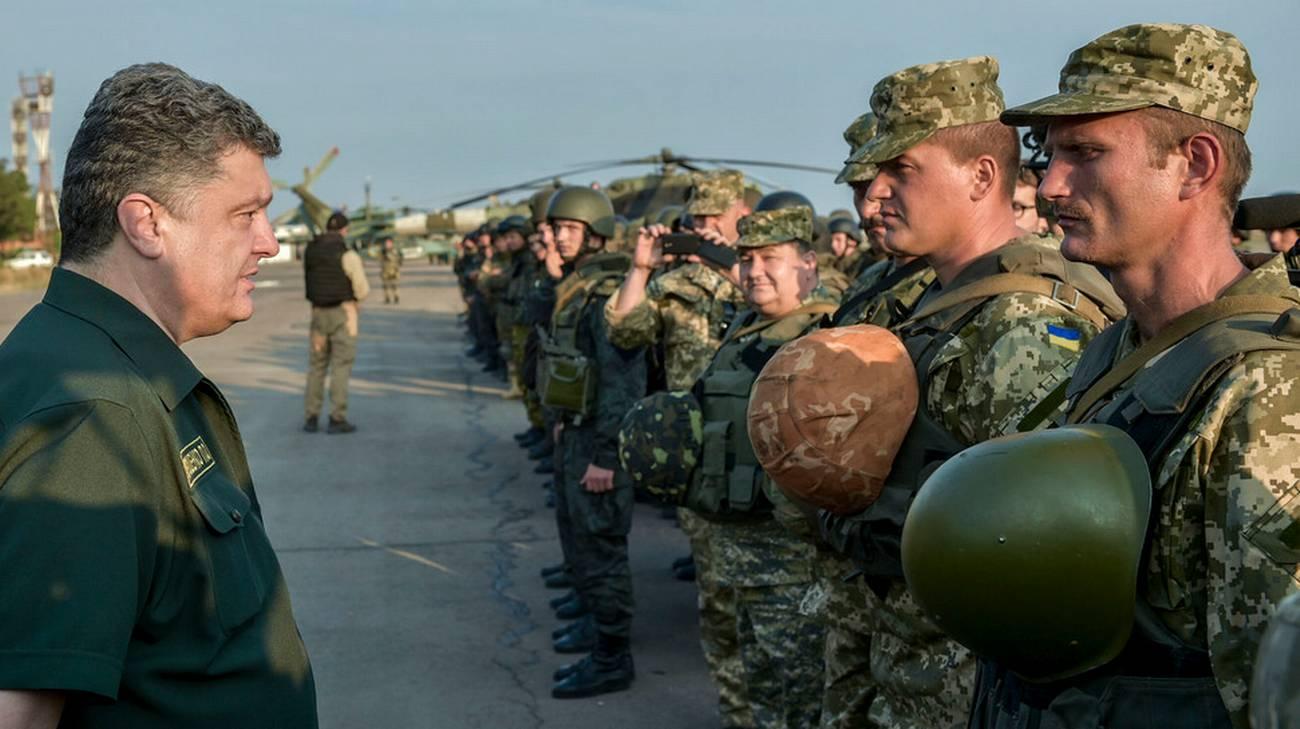 Il presidente ucraino Petro Poroshenko davanti alle truppe schierate a Mariupol