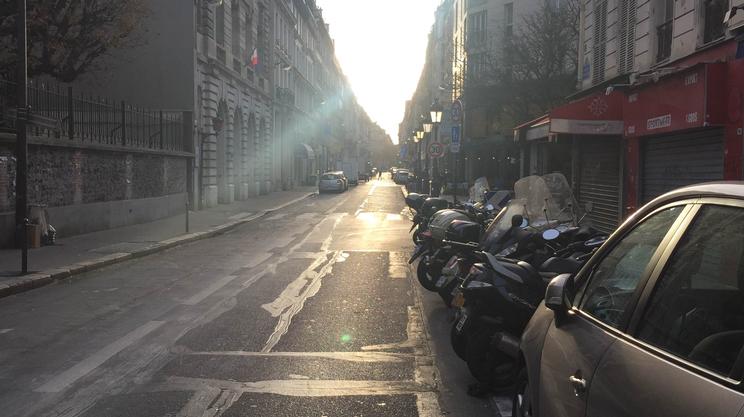 Il sole fa capolino nelle strade deserte dopo una notte di terrore
