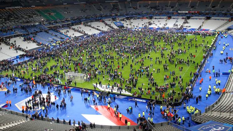 Il terreno dello Stade de France invaso al termine di Francia-Germania