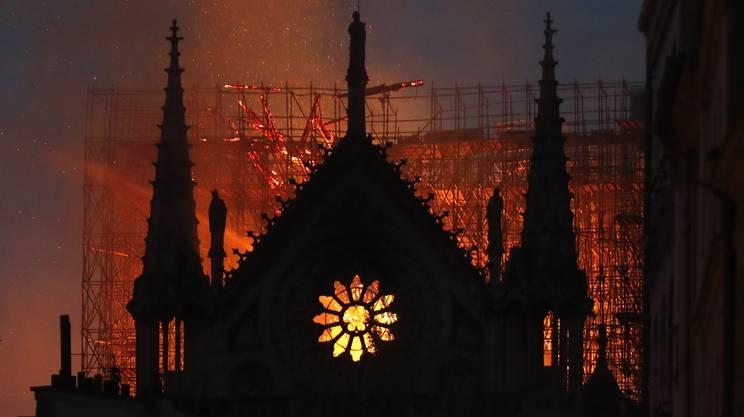 Il tetto, attorniato dalle impalcature del cantiere, divorato dalle fiamme
