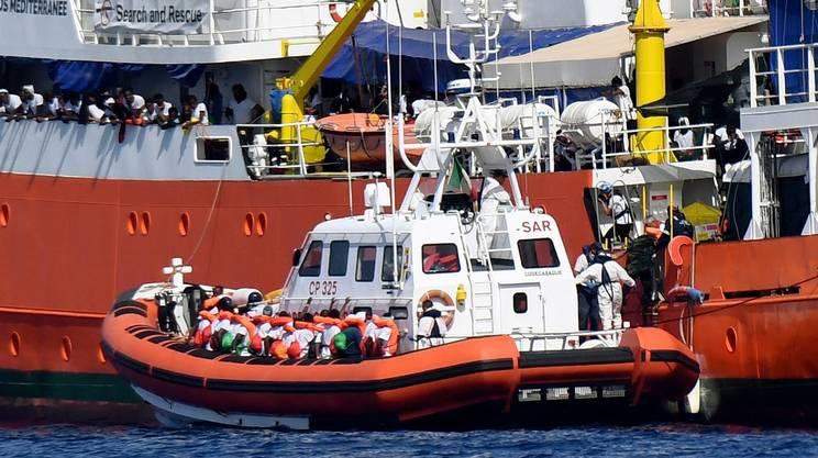 Il trasbordo di alcuni migranti