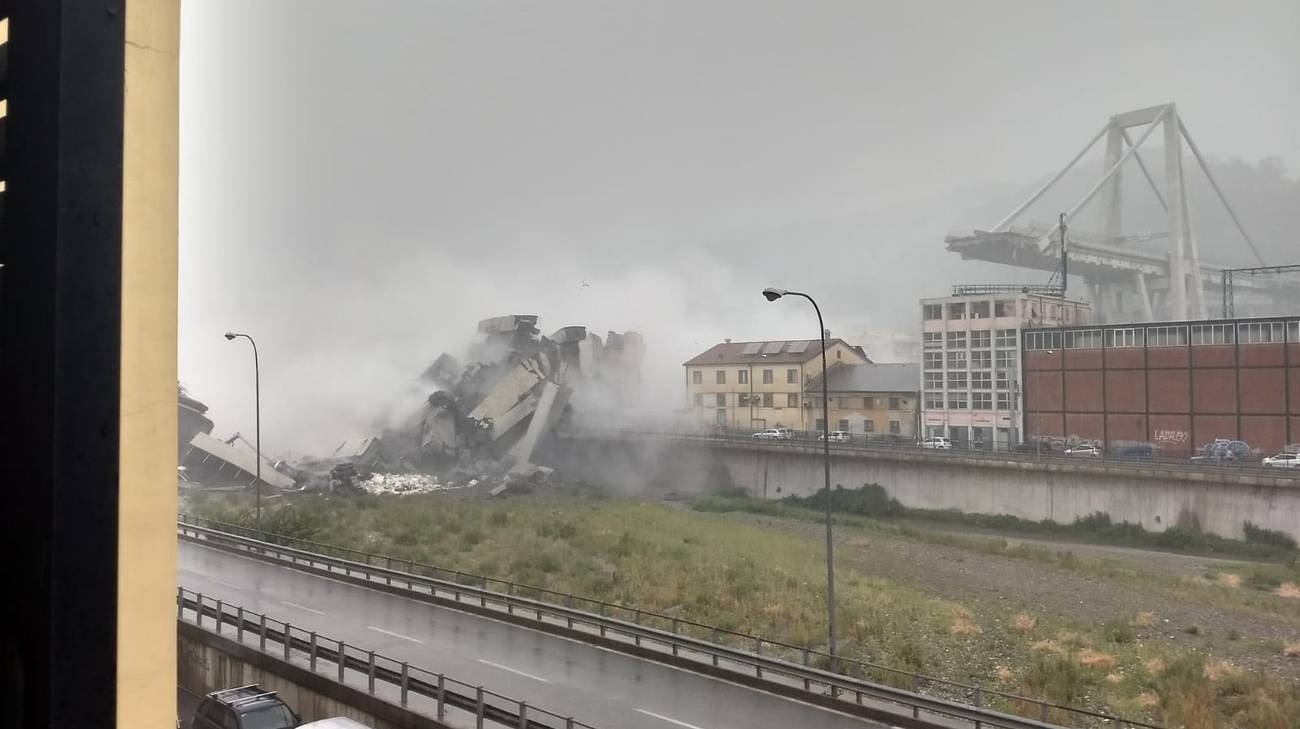 A Genova è crollato un ponte dell'autostrada A10
