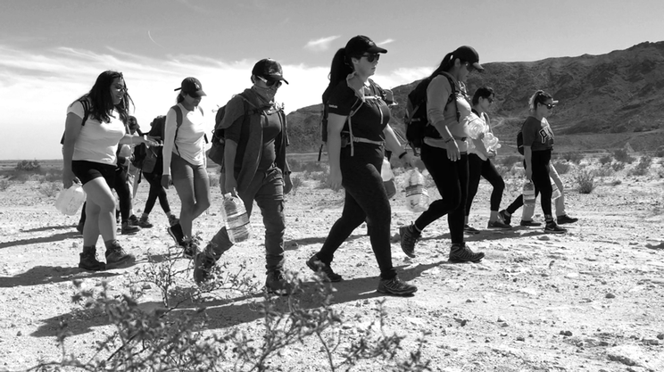 In cammino - Sono soprattutto donne le volontarie degli Angeli della Frontiera. Alcune di loro sono di origine messicana o latino-americana.