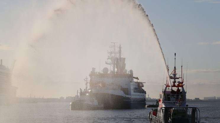 La Polarstern accolta all'entrata nel porto di Bremerhaven