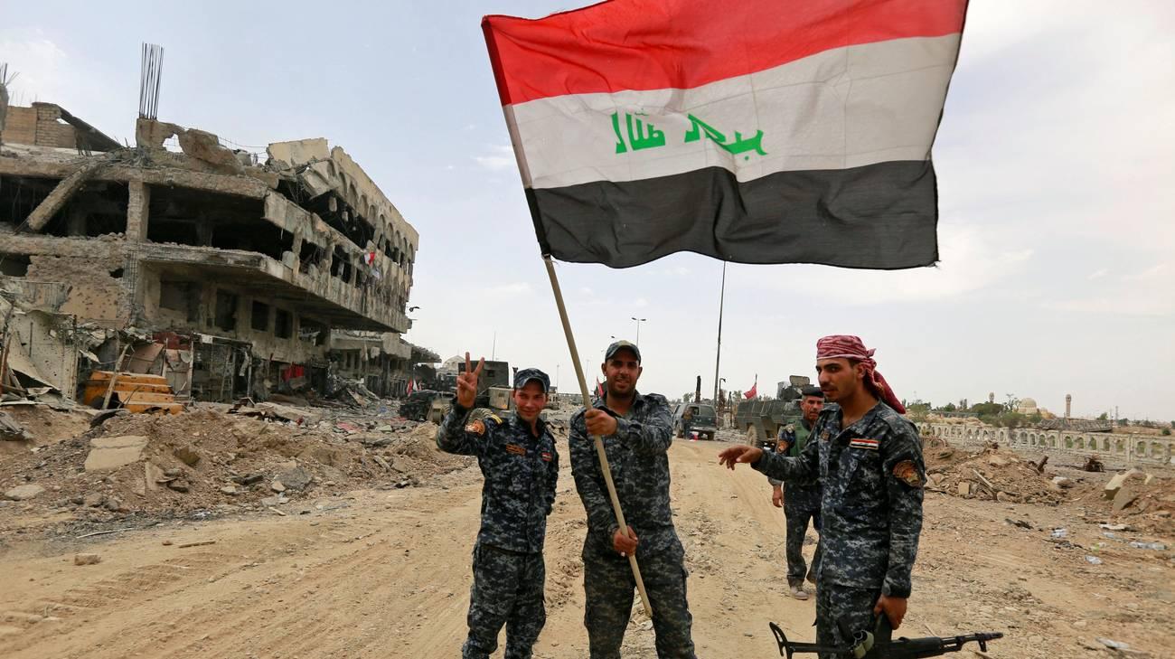 La bandiera irachena nella città vecchia di Mosul, riconquistata all'IS. Ora bisogna ricostruire