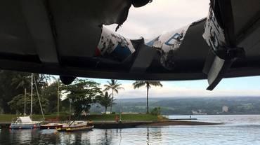 Colpiti dalla lava in barca