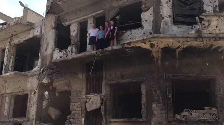 La famiglia Joubbar incontrata tra le rovine del quartiere cristiano di Al Hamidyia