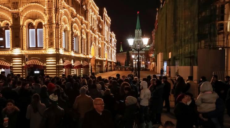 La folla nei pressi dei grandi magazzini Gum, dopo l'evacuazione