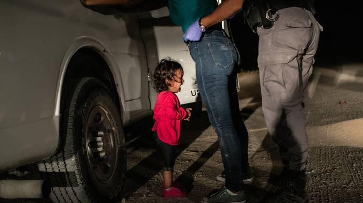 La foto della bimba che piange, mentre la madre viene arrestata, ha vinto il World Press Photo 2019