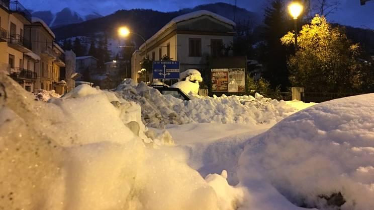 La neve che copre i paesi abruzzesi supera anche i tre metri di altezza