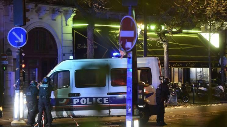 La polizia al teatro Bataclan, luogo di uno degli attacchi