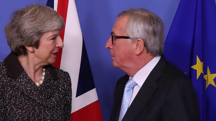 La premier britannica Theresa May e il presidente della Commissione UE, Jean-Claude Juncker