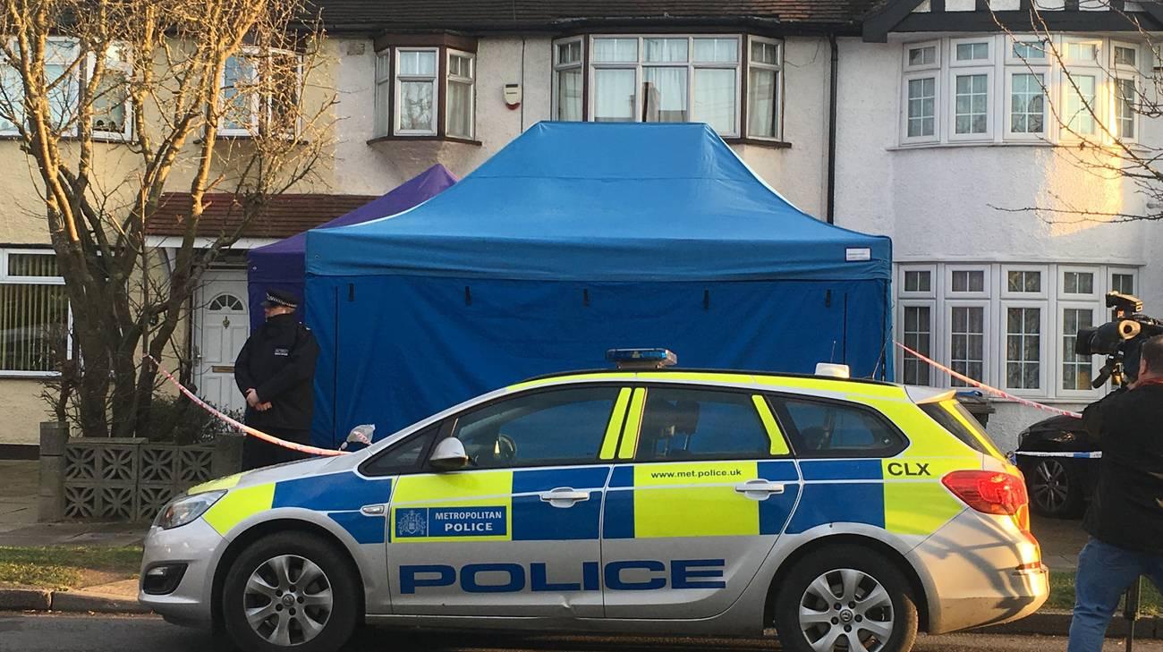 L'antiterrorismo davanti alla casa in cui è stato rinvenuto il cadavere