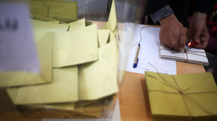 Le denuncia dell'opposizione: schede di voto conteggiate pur senza timbri ufficiali