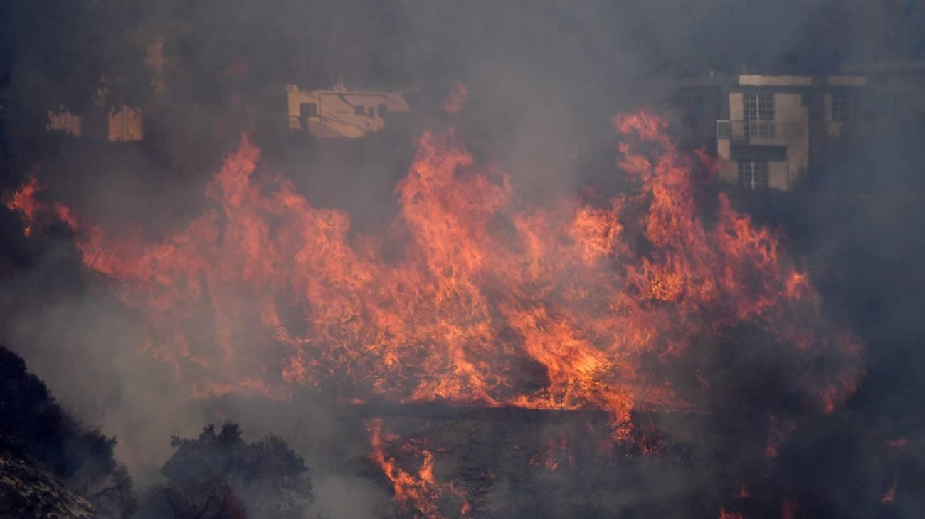 Le fiamme in mezzo alle case di un sobborgo di Los Angeles giovedì