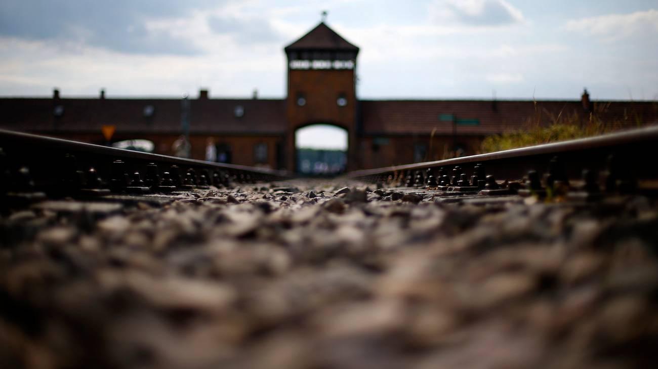L'entrata del campo di concentramento di Auschwitz-Birkenau creato dai nazisti nelle vicinanze di Oświęcim