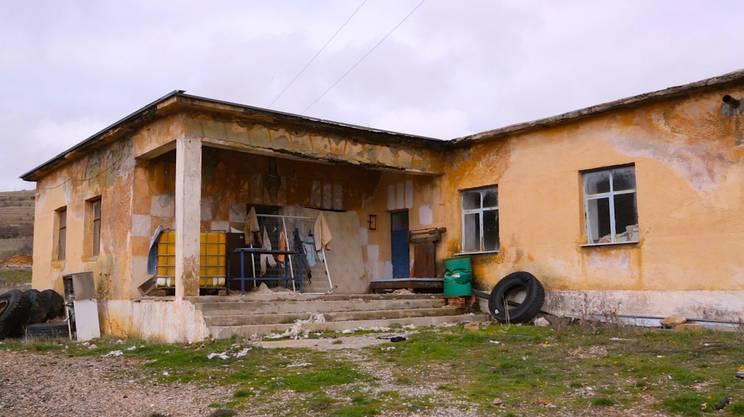 L'ex caserma individuata dalle autorità come area di prima accoglienza. L'edificio è diroccato e manca acqua potabile.