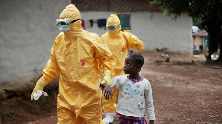 Liberia: personale sanitario accompagna una bimba che mostra i sintomi del virus in ospedale