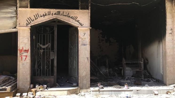 L'ingresso di una cantina adibita a stamperia per la propaganda dello Stato islamico