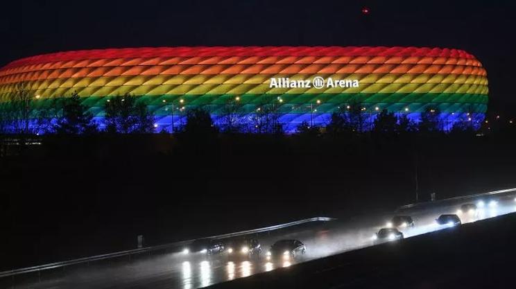 Lo stadio di Monaco con i colori dell'arcobaleno