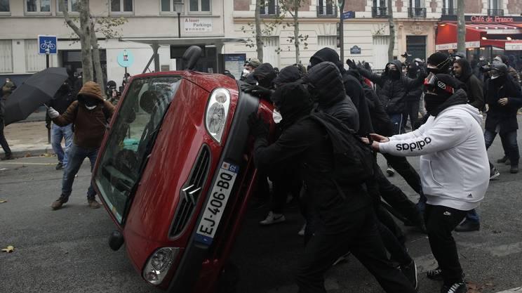 Manifestanti bersagliano la polizia