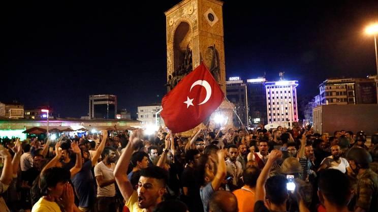 Manifestazioni ovunque in Turchia
