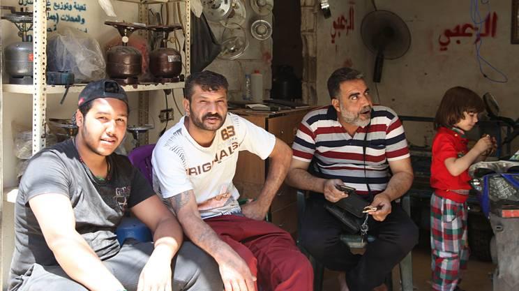 Mentre usciamo da Shatila, incrociamo lo sguardo di una famiglia radunata in un garage. A Shatila una singola stanza è di norma condivisa da almeno cinque persone.