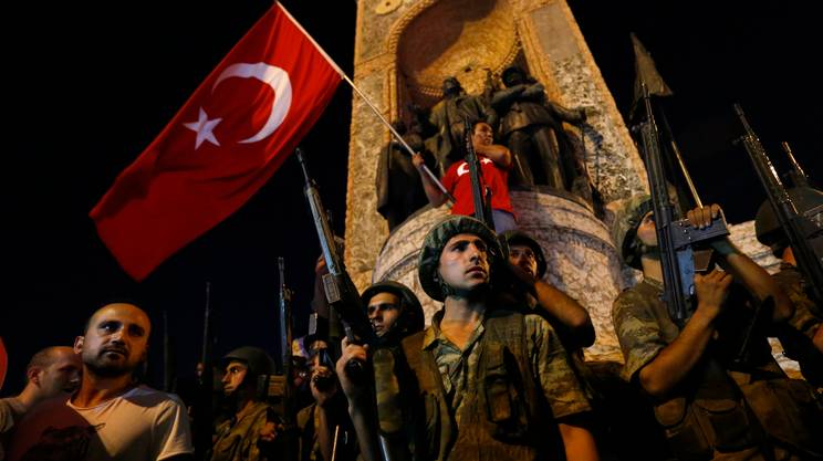 Militari turchi vicino a piazza Taksim