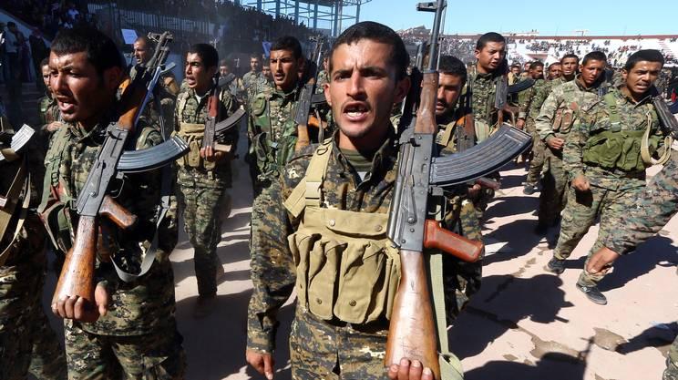Miliziani delle SDF celebrano il primo anno dalla liberazione di Raqqa