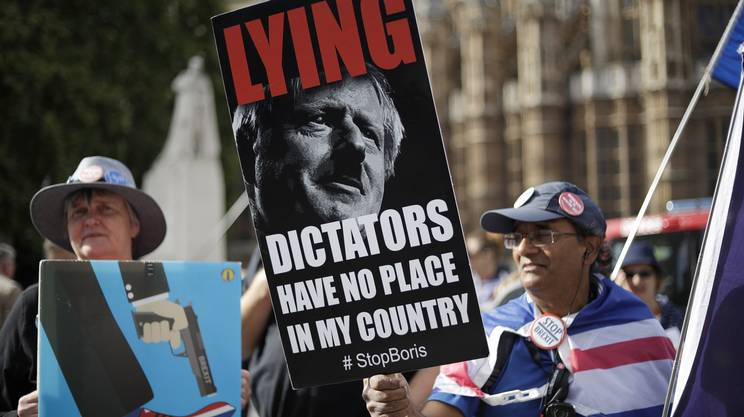 Oppositori paragonano Johnson a un dittatore per aver chiesto la sospensione del Parlamento
